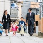 七五三写真 - 家族で参道を歩きます