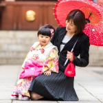 七五三写真 - 小道具の和傘を使ってお母さんと一緒に